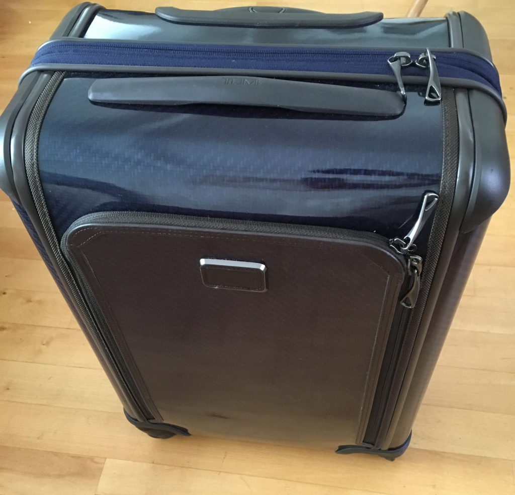 """f59a4b6d0ea41 ... der strapazierfähigste und funktionsfähigste Hartschalenkoffer der  heutzutage hergestellt wird"""" so wirbt Tumi auf der eigenen Hompage für den  Koffer."""