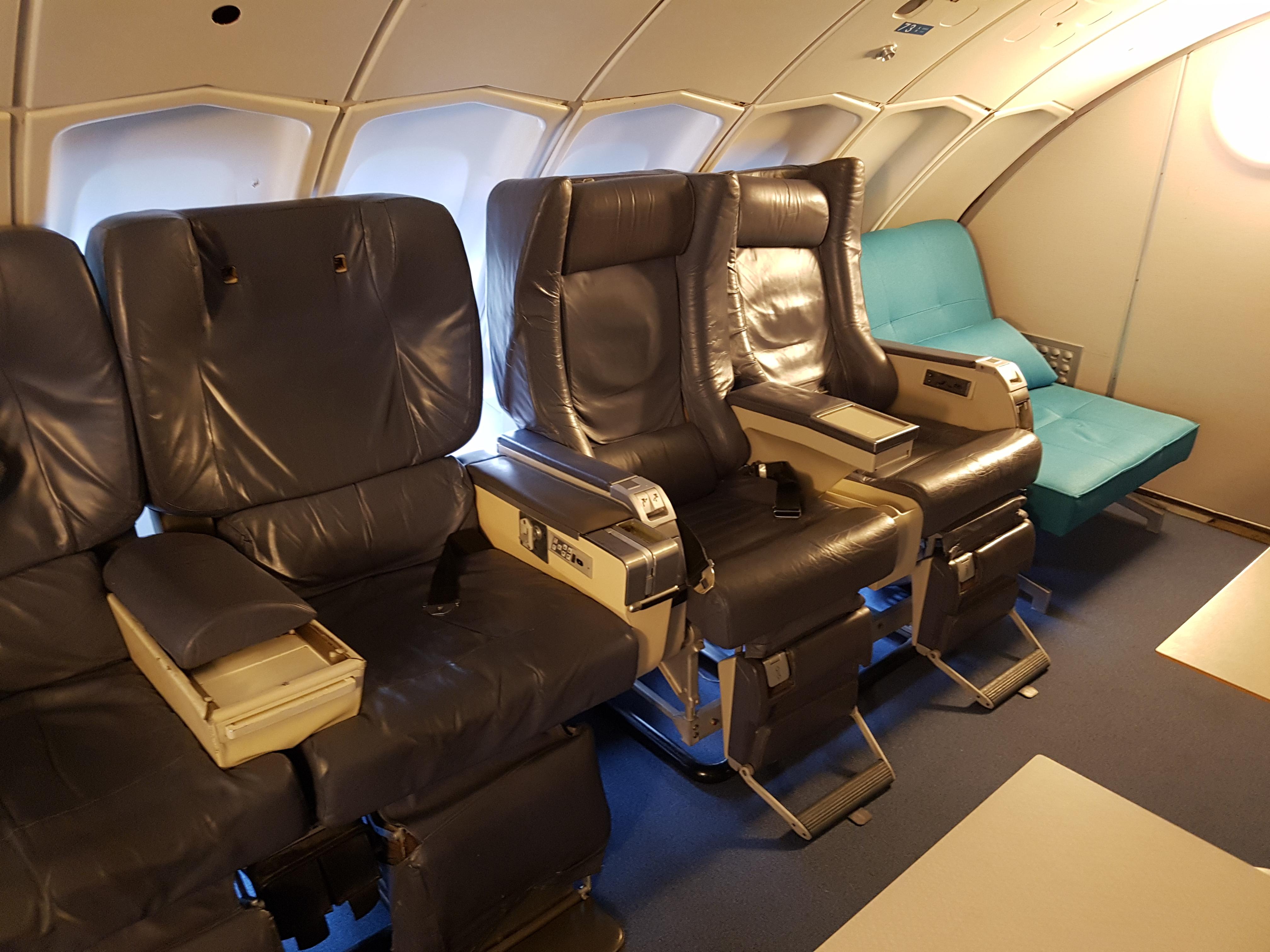 Hinter Dem Cockpit Befindet Sich Ein Kleines Badezimmer Mit Dusche. In Der  Hinteren Hälfte Des Buckels Befindet Sich Eine Lounge.