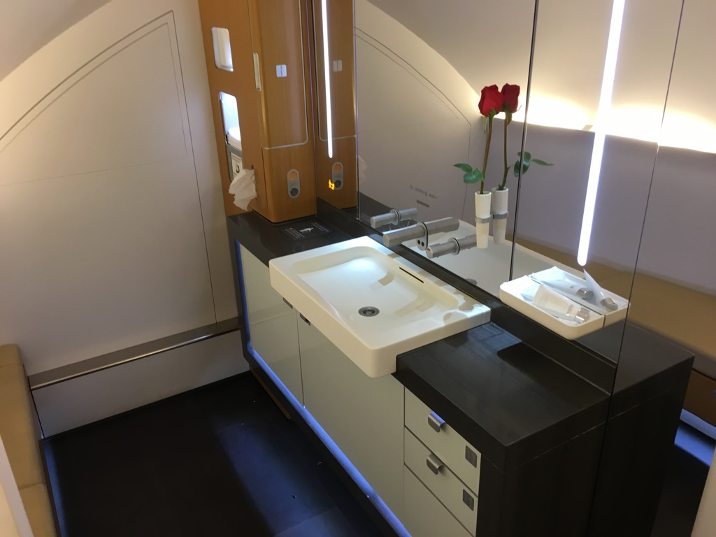 lufthansa first class airbus a380 hongkong nach frankfurt 15. Black Bedroom Furniture Sets. Home Design Ideas