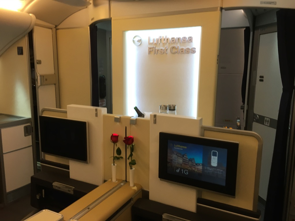 lufthansa first class airbus a380 hongkong nach frankfurt 2. Black Bedroom Furniture Sets. Home Design Ideas