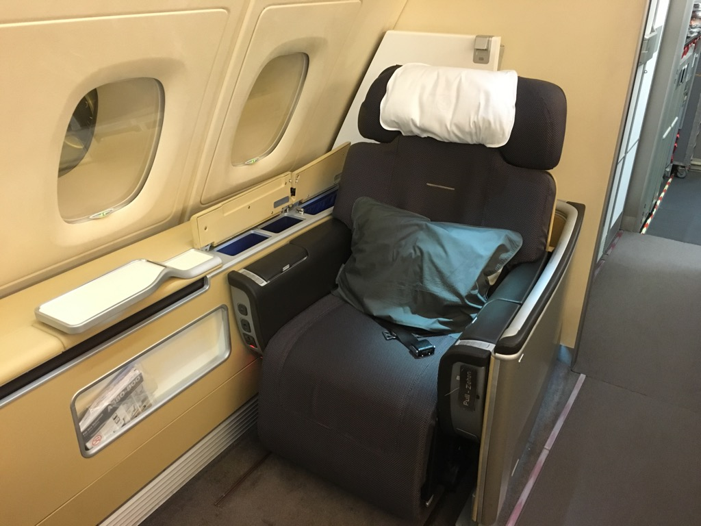 lufthansa first class airbus a380 hongkong nach frankfurt 4. Black Bedroom Furniture Sets. Home Design Ideas