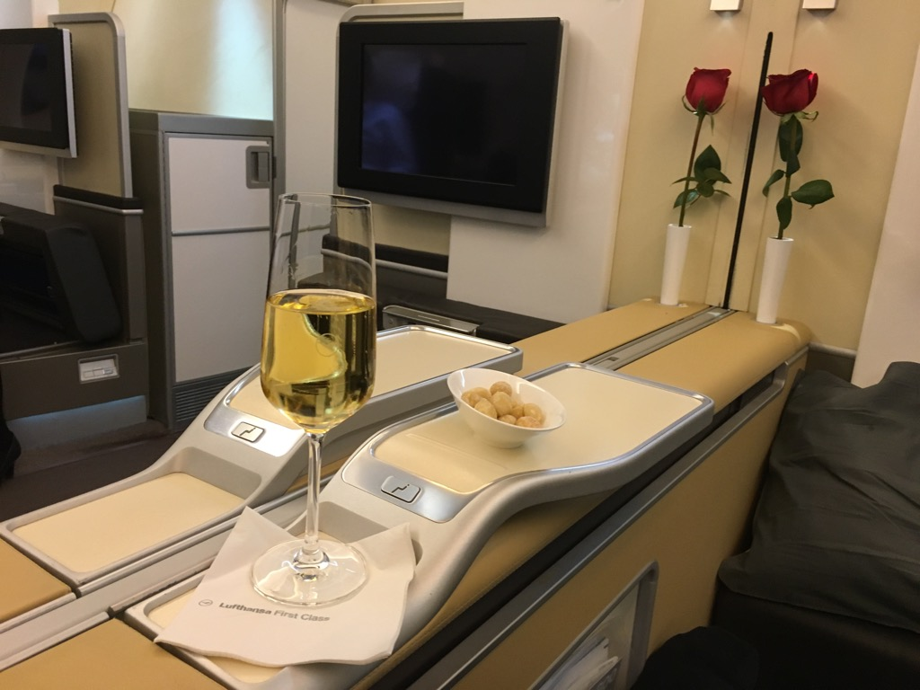 lufthansa first class airbus a380 hongkong nach frankfurt 8. Black Bedroom Furniture Sets. Home Design Ideas