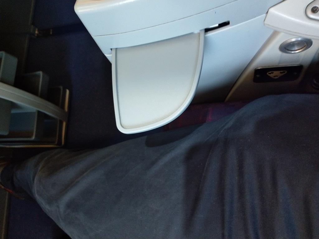 ausziehbare Ablagefläche | China Airlines Business Class Airbus A330