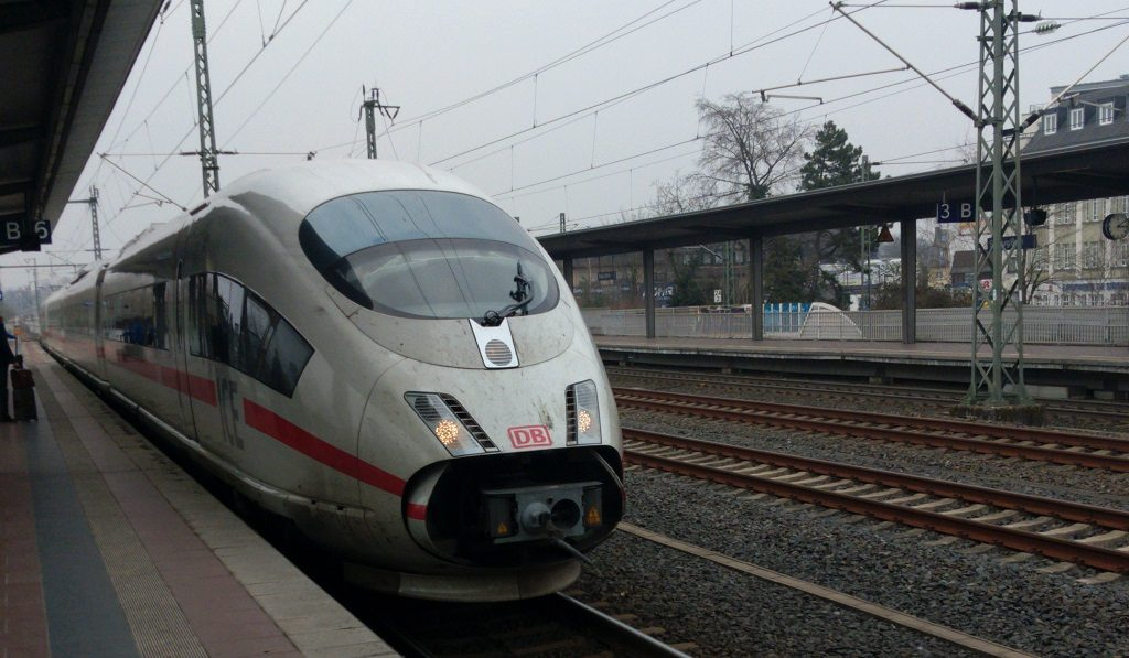 ICE der DB am Bahnhof Siegburg