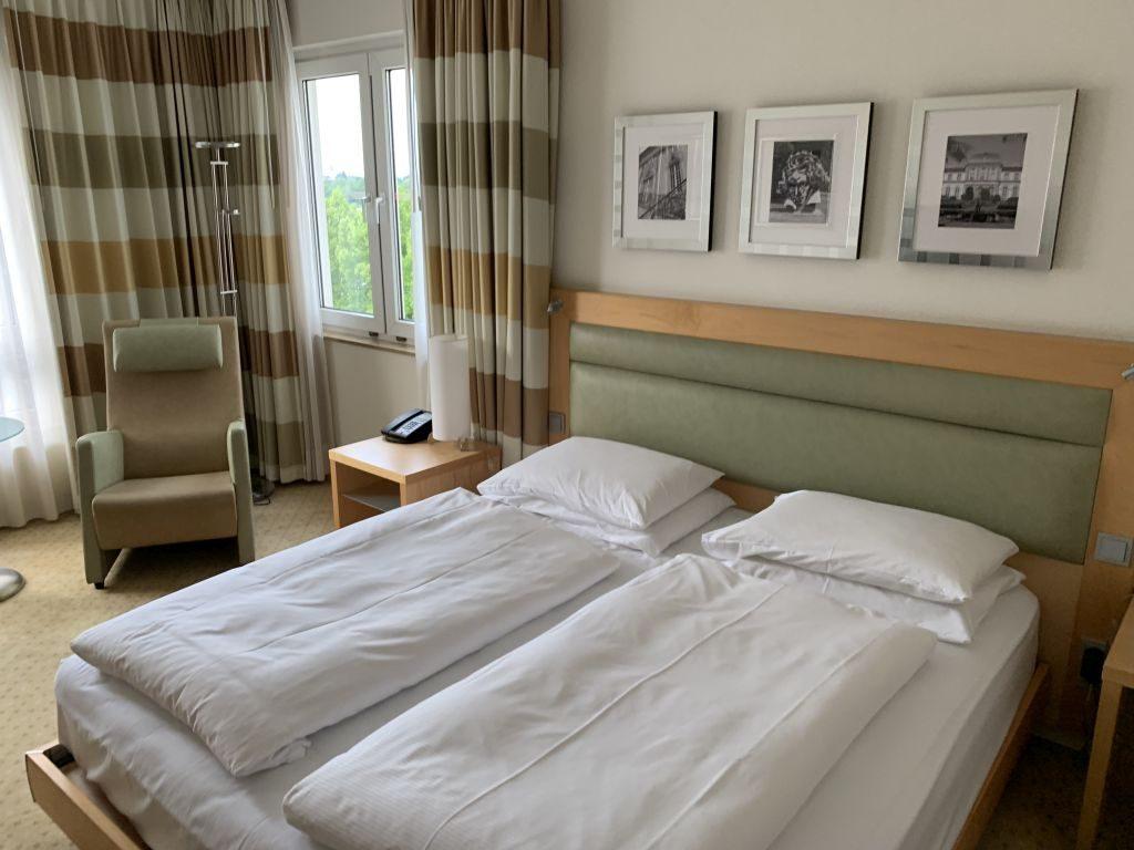 Kingsize-Bett im Hilton Bonn