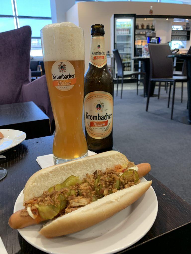 Hot Dog in der Sky Lounge.