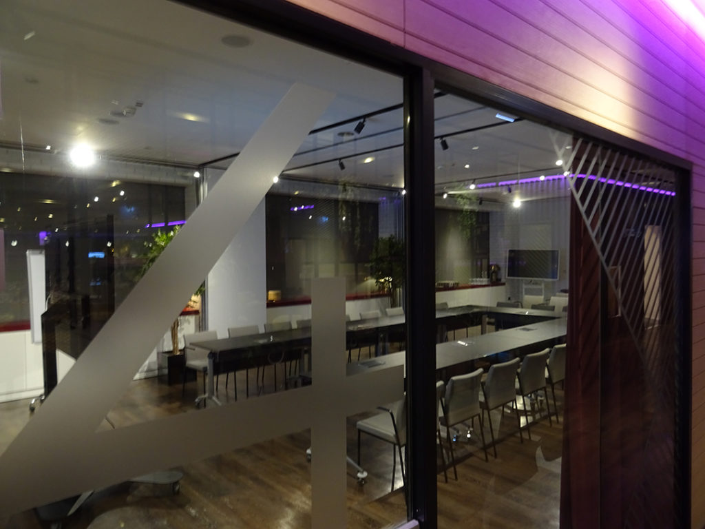 YOTELAIR Landside | Ein Meetingraum